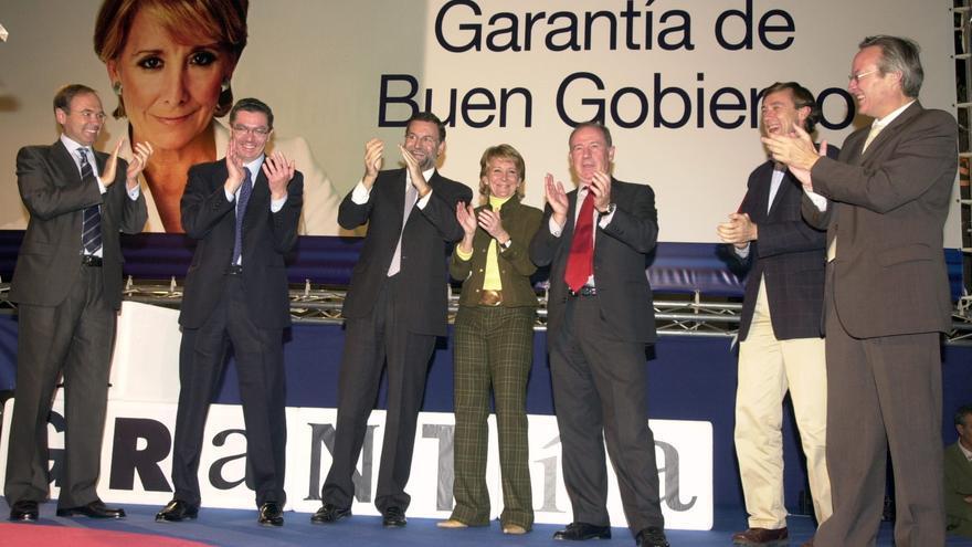 Rajoy, Aguirre y Rato, escoltados por García Escudero, Gallardón, Hernando y Piqué, en la campaña electoral de 2003