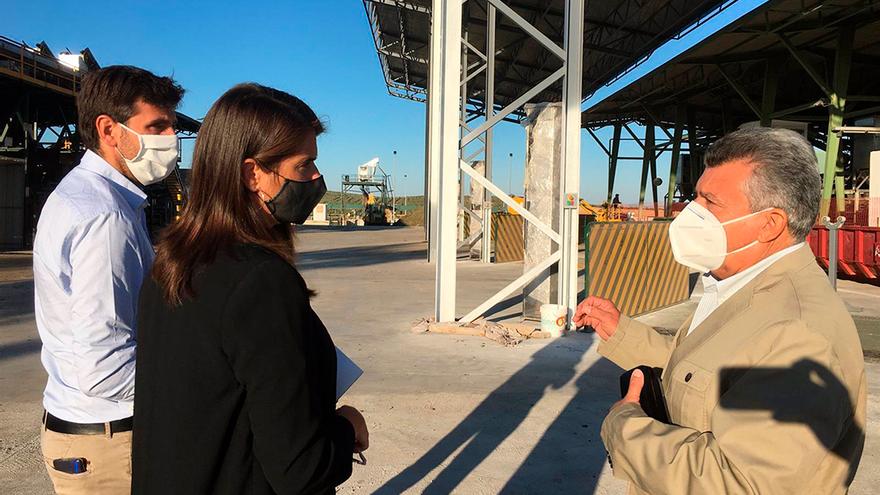 Araceli Cabello visita las instalaciones de la Cooperativa Oliverera Pontanense.