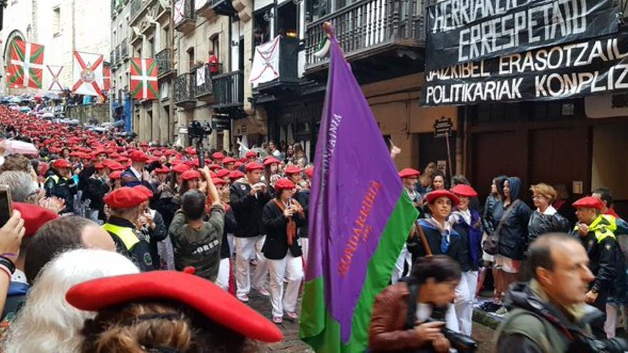 La compañía Jaizkibel en el desfile de este año entre algunos plásticos y con carteles en los balcones