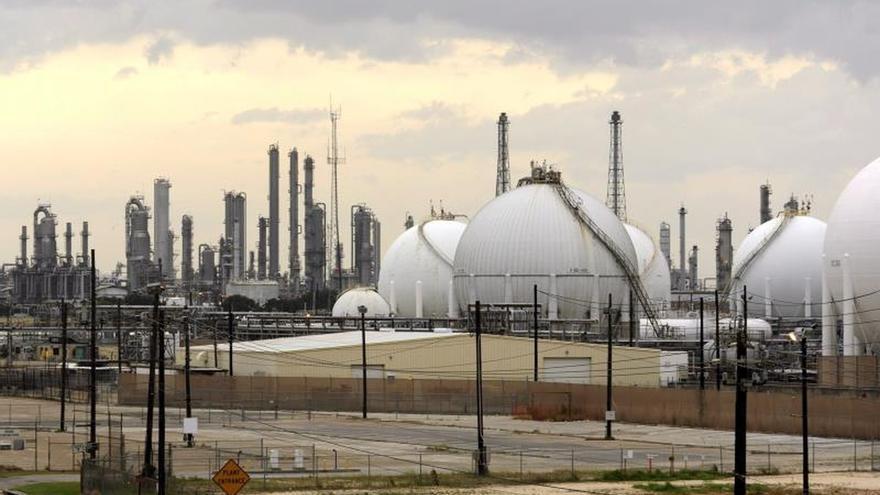 Vista de la refinería de Shell en Baytown, cerca a la bahía de San Jacinto en el puerto de Houston, Texas (EEUU).