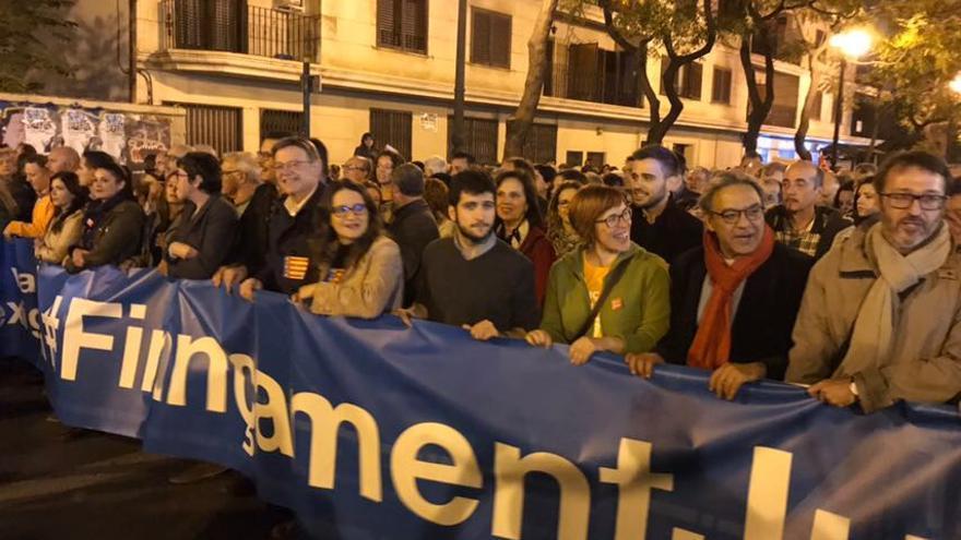 Los líderes políticos valencianos, en la segunda fila de la manifestación.