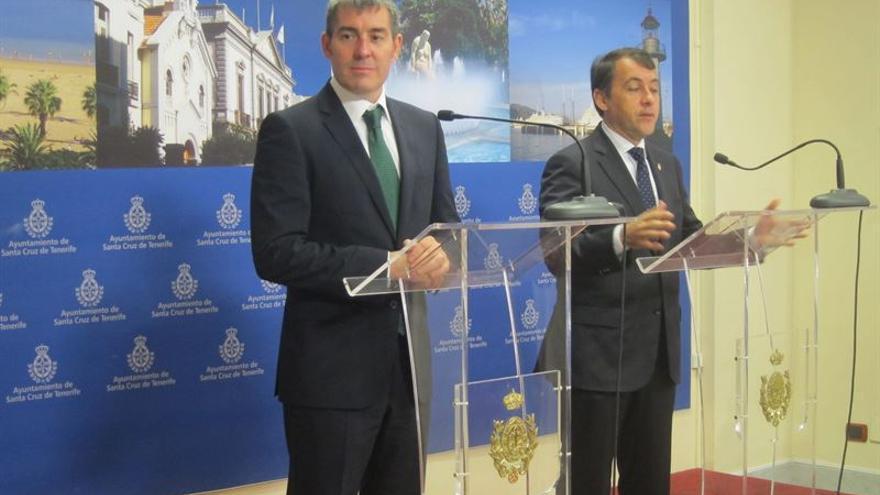 El presidente del Gobierno de Canarias, Fernando Clavijo, junto a José Manuel Bermúdez (EUROPA PRESS)