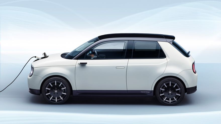 El Honda e está inspirado en el Honda Civic original, tiene un aspecto que combina elementos retro y modernos, con detalles minimalistas y una apariencia deportiva