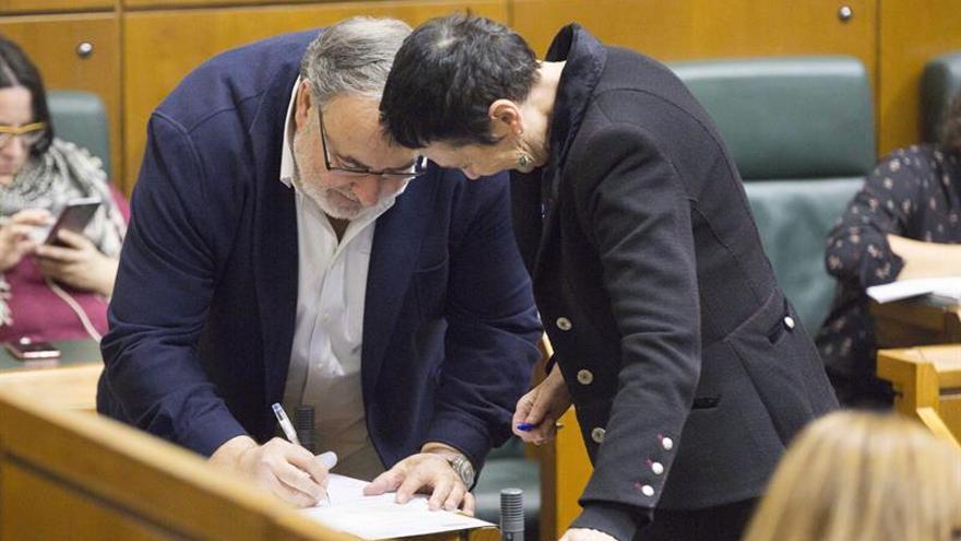 El Parlamento Vasco pide iniciar negociaciones para transferir prisiones