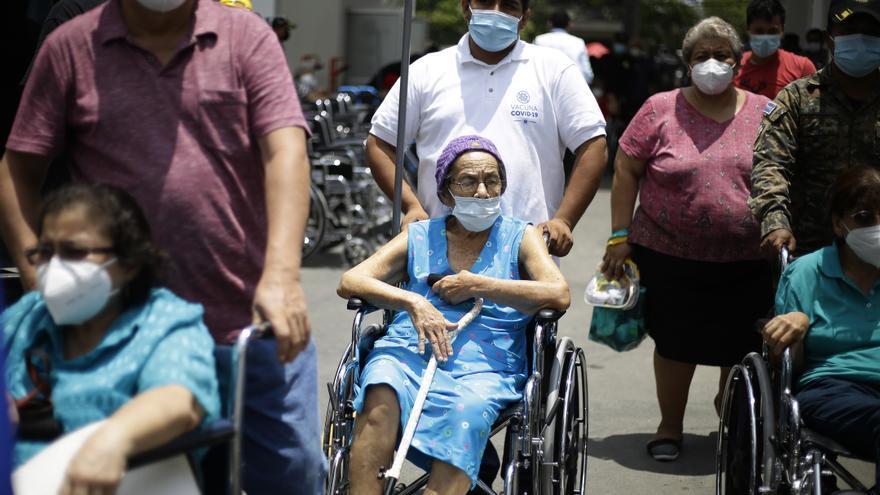 Un 14 % de los salvadoreños completa el esquema de vacunación contra la covid