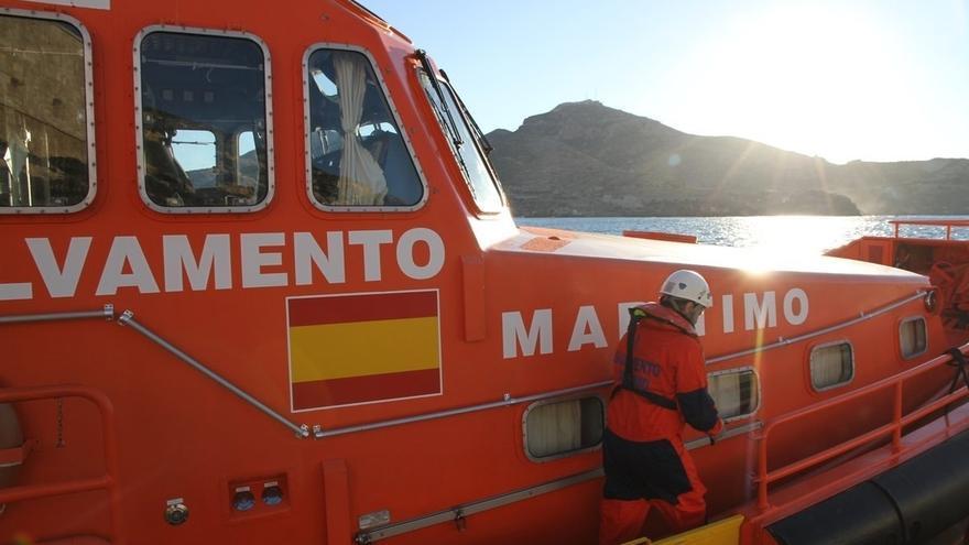 Trasladan a Algeciras a seis personas rescatadas de una patera en aguas del Estrecho