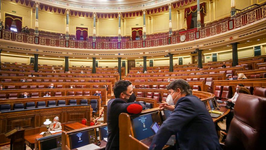 Archivo - El responsable en materia de energía del PP, Guillermo Mariscal, conversa con su compañero Carlos Rojas durante una sesión Plenaria en el Congreso