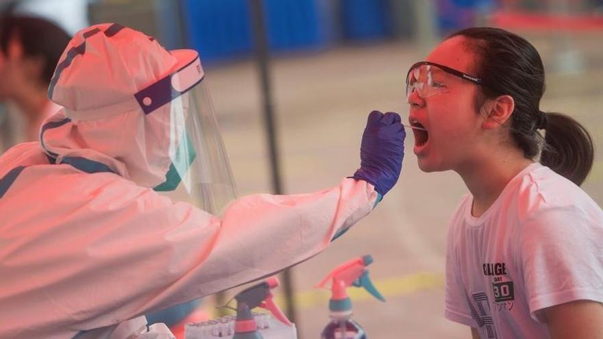 Una joven se somete a una prueba PCR en la ciudad china de Wuhan.