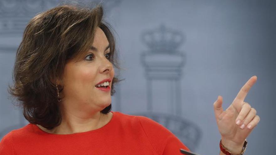 """Sáenz de Santamaría advierte de que Podemos no puede estar """"dentro y fuera"""" del Congreso"""