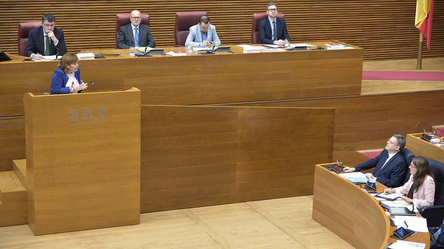 Isabel Bonig, líder del PP valenciano se dirige al presidente de la Generalitat, Ximo Puig