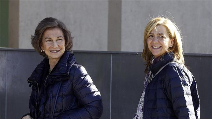 """La Reina y doña Cristina ven al Rey """"muy bien"""" tras visitarle en el hospital"""