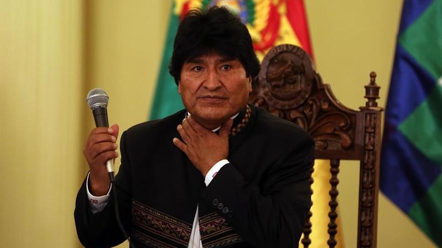 Evo Morales recorre el puerto peruano de Ilo y presencia la descarga de un barco