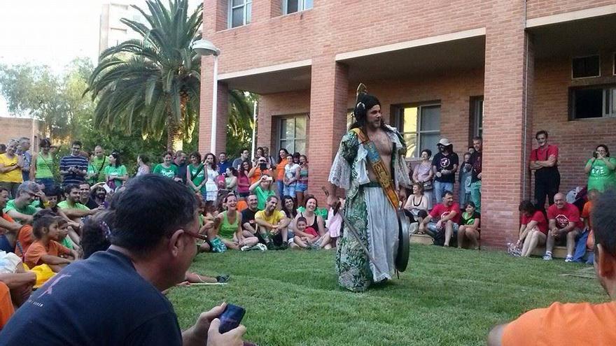 Xavi Castillo ofrece su apoyo a la 'Acampada per l'Escola Pública' con una actuación