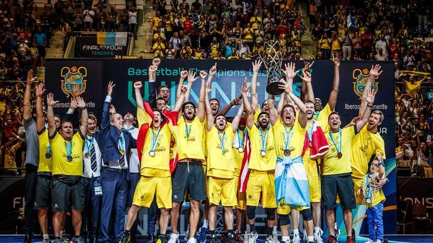 El Iberostar Tenerife celebrando el título la Liga de Campeones.