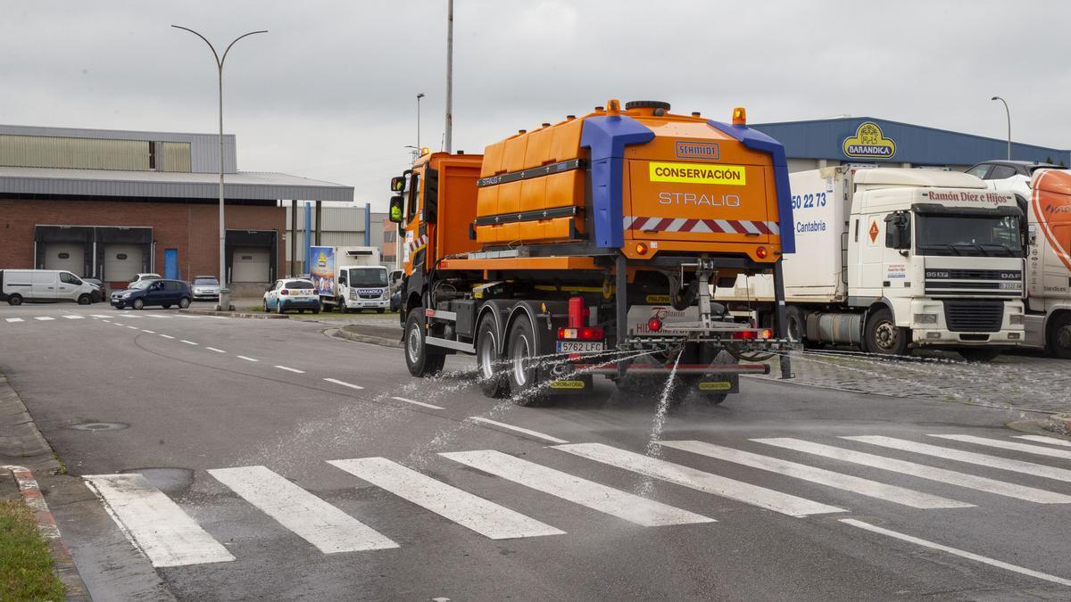 Camión de desinfección de Obras Públicas.