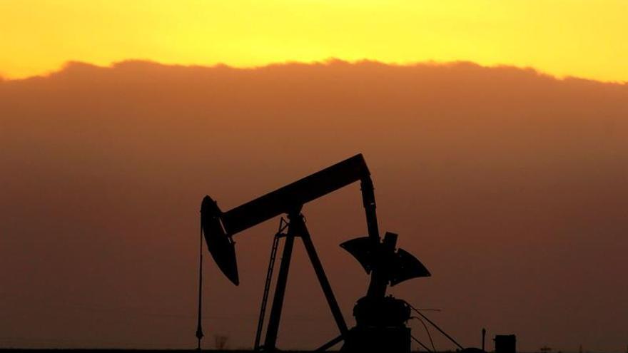 El petróleo de Texas baja un 0,75 % y cierra en 56,74 dólares el barril