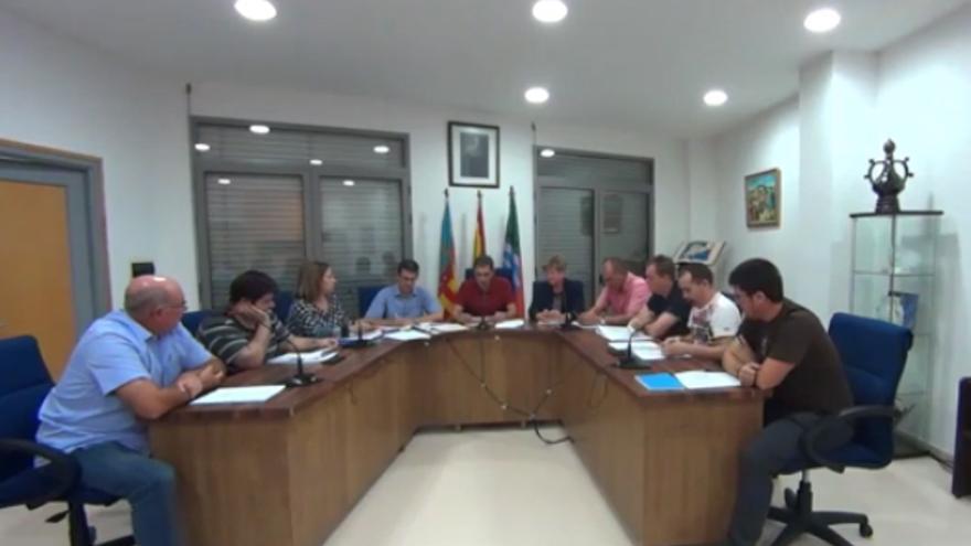 El alcalde de Soneja, Benjamín Escriche, defiende en el pleno el valenciano