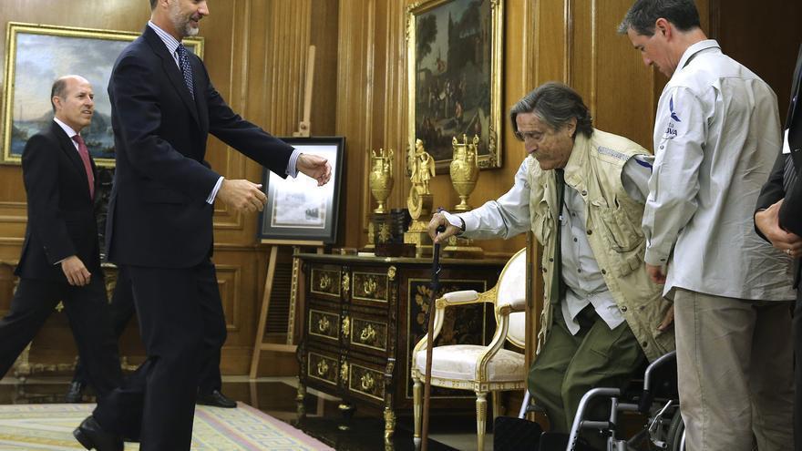 Una de las últimas imágenes públicas del aventurero Miguel de la Quadra Salcedo, en audiencia con el Rey en julio de 2015 / EFE