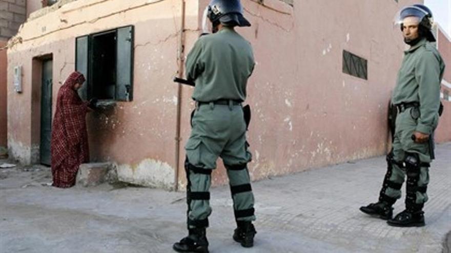 Soldados marroquíes y una mujer saharaui