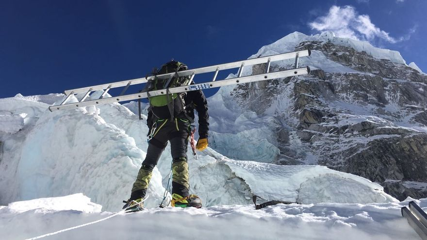 Alex Txikon camino de la Cascada del Khumbu.