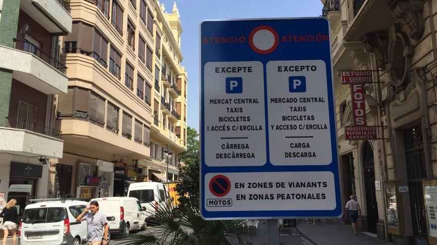 Una de las nuevas señales instaladas en castellano y valenciano en la avenida María Cristina