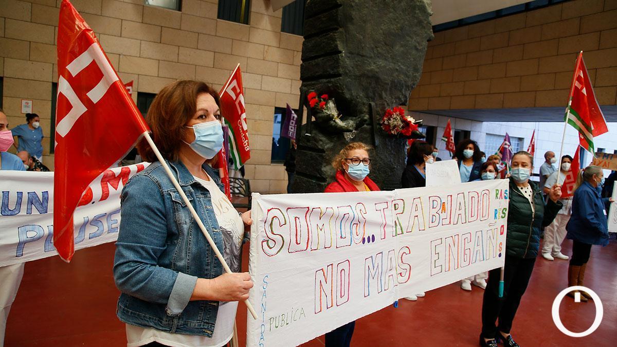 Concentración de las trabajadoras de limpieza del Hospital Reina Sofía por el convenio colectivo