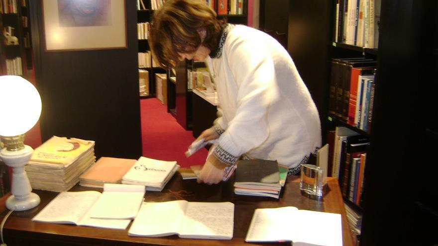 Pilar del Río, en el escritorio de Vasco Gonçalves. / Rosa María Artal