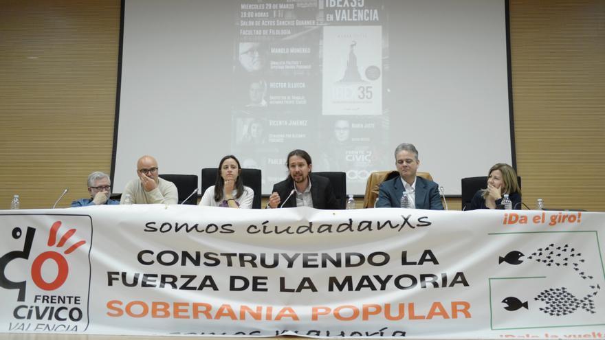 Pablo Iglesias junto a Héctor Illueca y Vicenta Jiménez presentando 'La trama' en Valencia