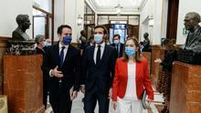 El presidente del Partido Popular, Pablo Casado, flanqueado por el secretario general, Teodoro García Egea y la vicepresidenta segunda del Congreso, Ana Pastor.