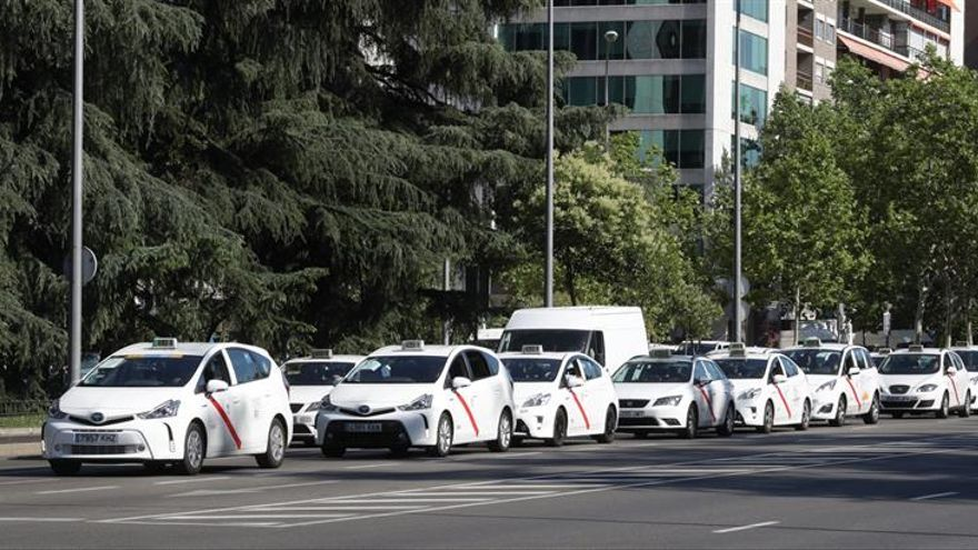 Los taxistas ocupan el Paseo de la Castellana para protestar ante Fomento