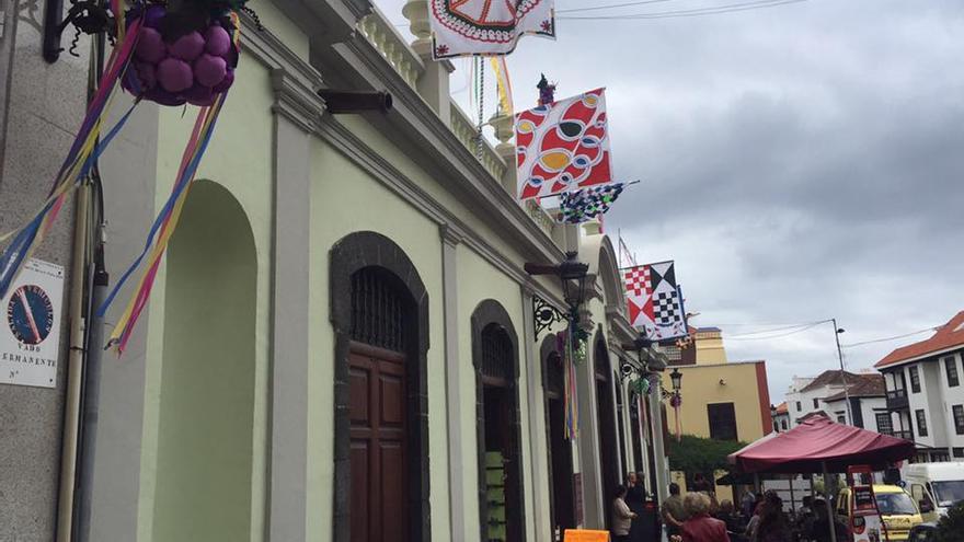 La fachada de la Recova de Santa Cruz de La Palma ha sido adornada para celebrada la festividad de San Martín. Foto: Asociación de Empresarios del Casco Histórico.