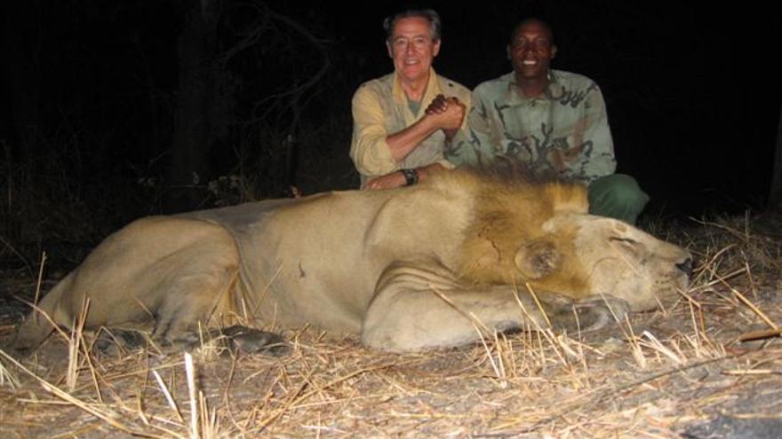 Miguel Blesa, tras cazar un león, en Tanzania, en 2008.