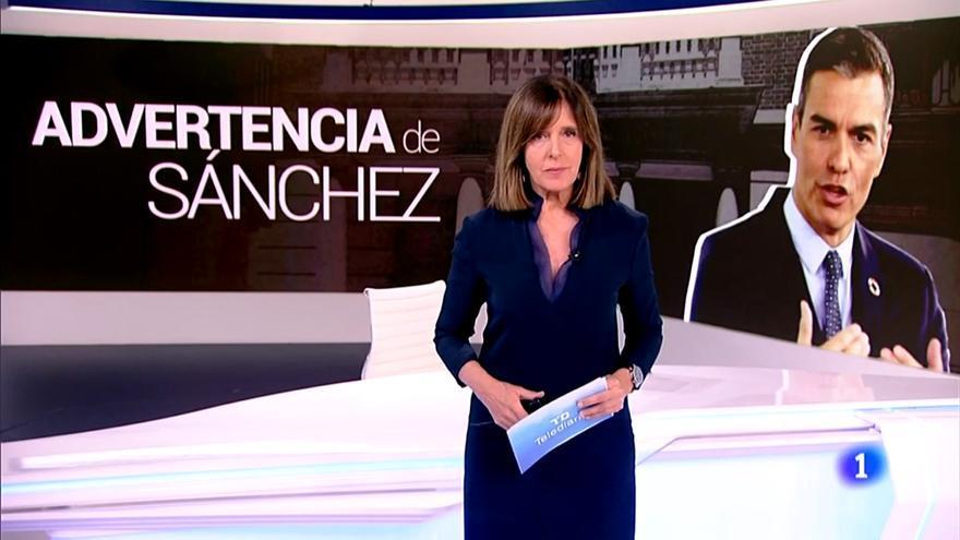 Ana Blanco, de pie y frente a la mesa del 'Telediario', al comenzar el informativo de este 23 de octubre