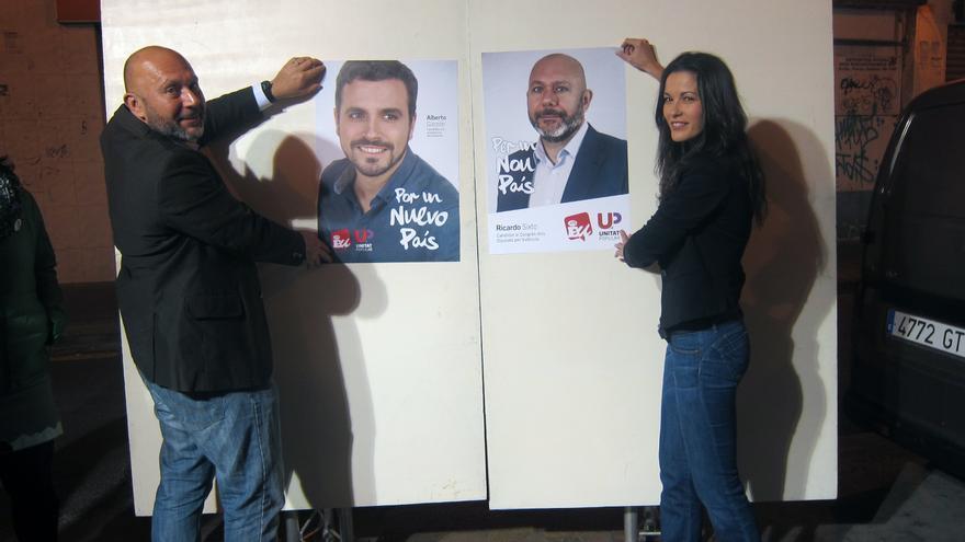 El candidato de Unitat Popular-Esquerra Unida, Ricardo Sixto, en la pegada de carteles