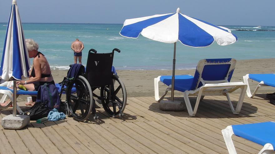 Plataforma para las personas con discapacidad en el punto accesible de la playa de Arona