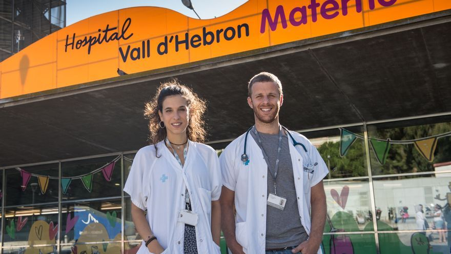 La enfermera Carla Cusó y el pediatra Andrés Morgenstern en el Hospital Vall d'Hebron / ©SANDRA LÁZARO