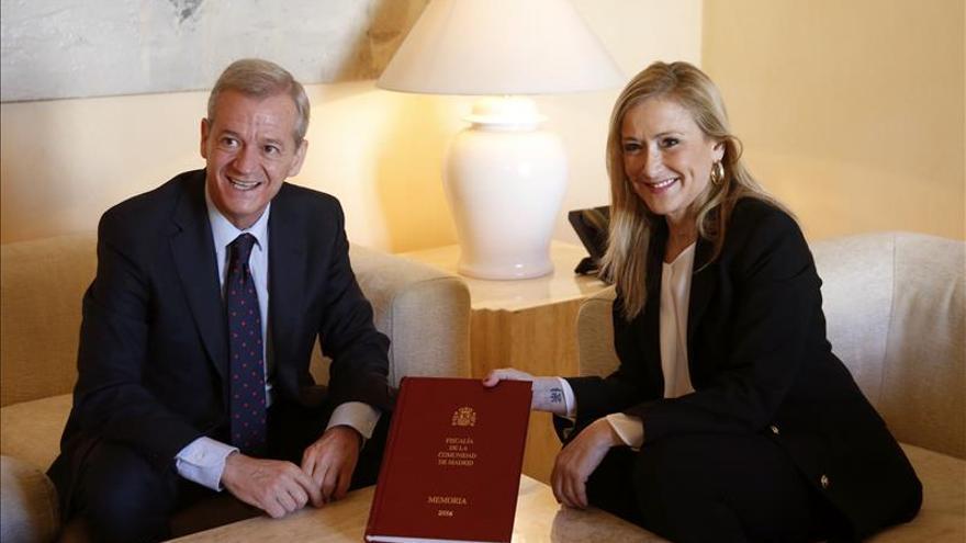 El fiscal jefe de Madrid, Jesús Caballero Klink, con la expresidenta de Madrid Cristina Cifuentes