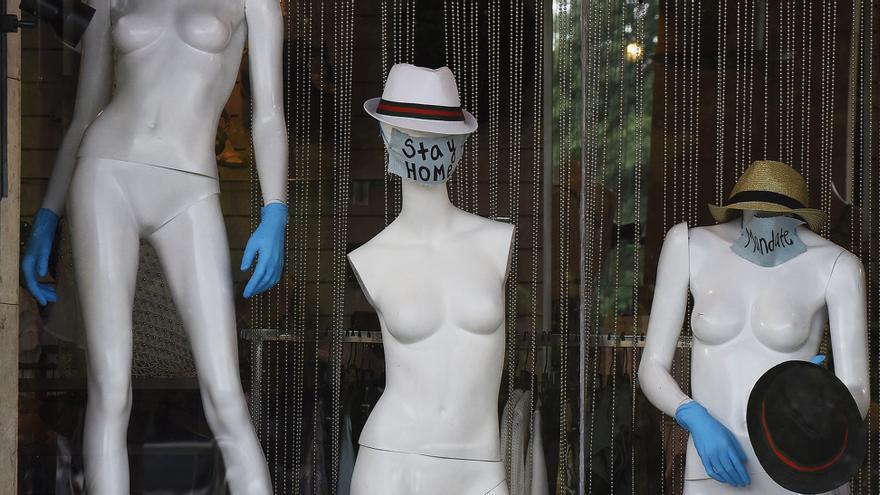 Maniquís con mascarilla y el mensaje 'quédate en casa' para concienciar a la población.