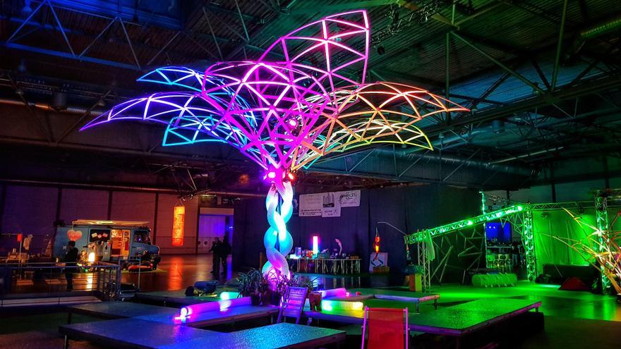 Una palmera de luces de colores.