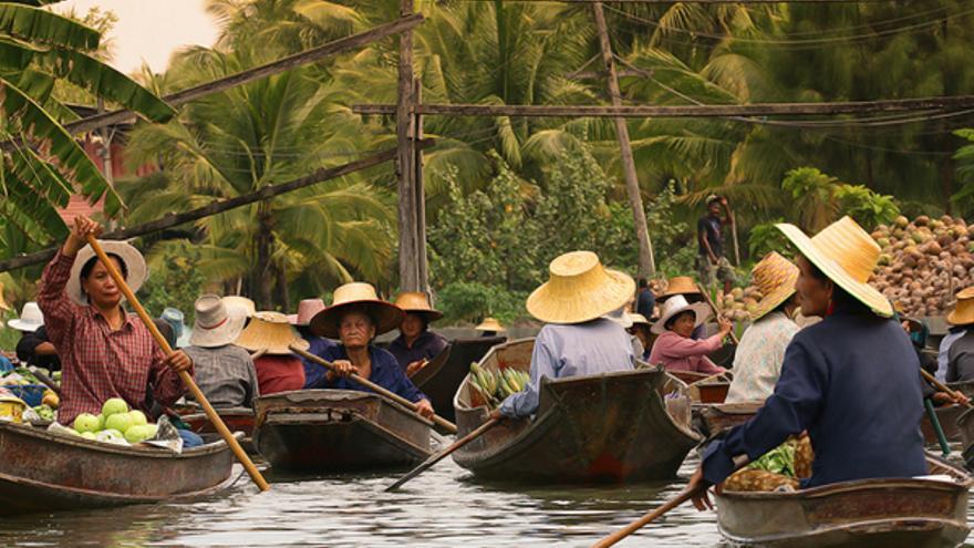 Canoas en el mercado de Amphawa. TURISMO DE TAILANDIA