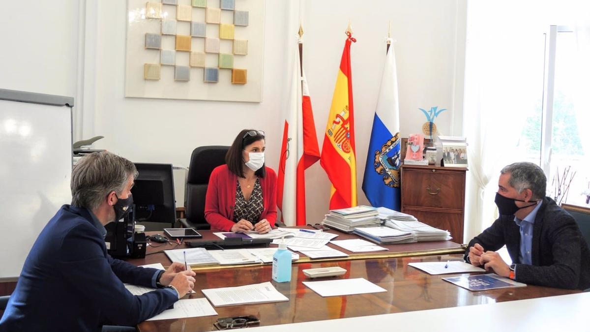 La alcaldesa Gema Igual y el concejal César Díaz (PP, a la izquierda), durante el encuentro con Miguel Saro (UxS).
