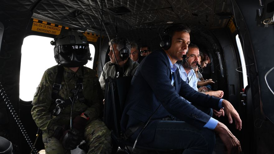 Pedro Sánchez sobrevuela en helicóptero zonas de Almería afectadas por las inundaciones.