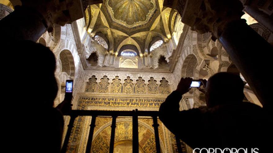 Turistas fotografiando el mihrab de la Mezquita Catedral de Córdoba   MADERO CUBERO