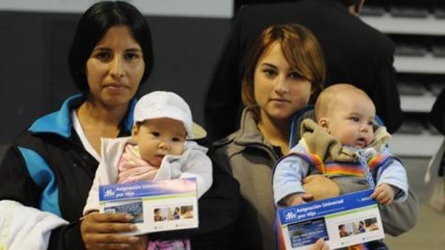 Madres en un acto de aniversario de la AUH en Mar del Plata, Argentina. /Anses