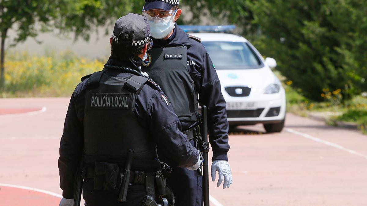 Dos agentes de la Policía Local.
