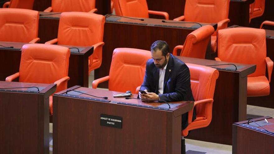 El Parlamento turco celebra su primera sesión tras el fallido golpe de Estado
