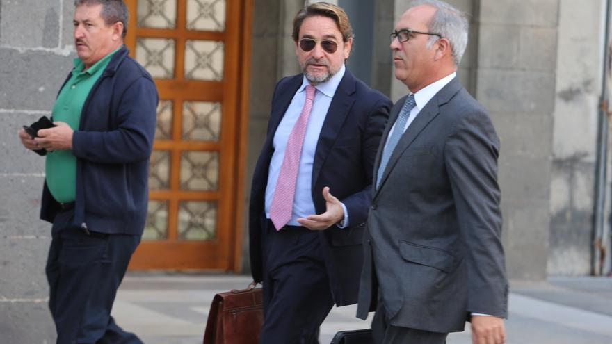 El juez Salvador Alba, junto a su abogado, antes de declarar ante la jueza instructora. (ALEJANDRO RAMOS)