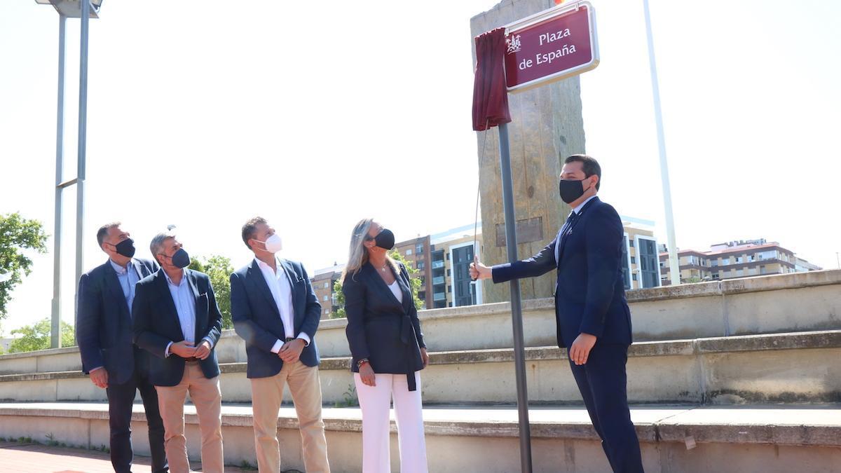 José María Bellido descubre la placa de la plaza de España