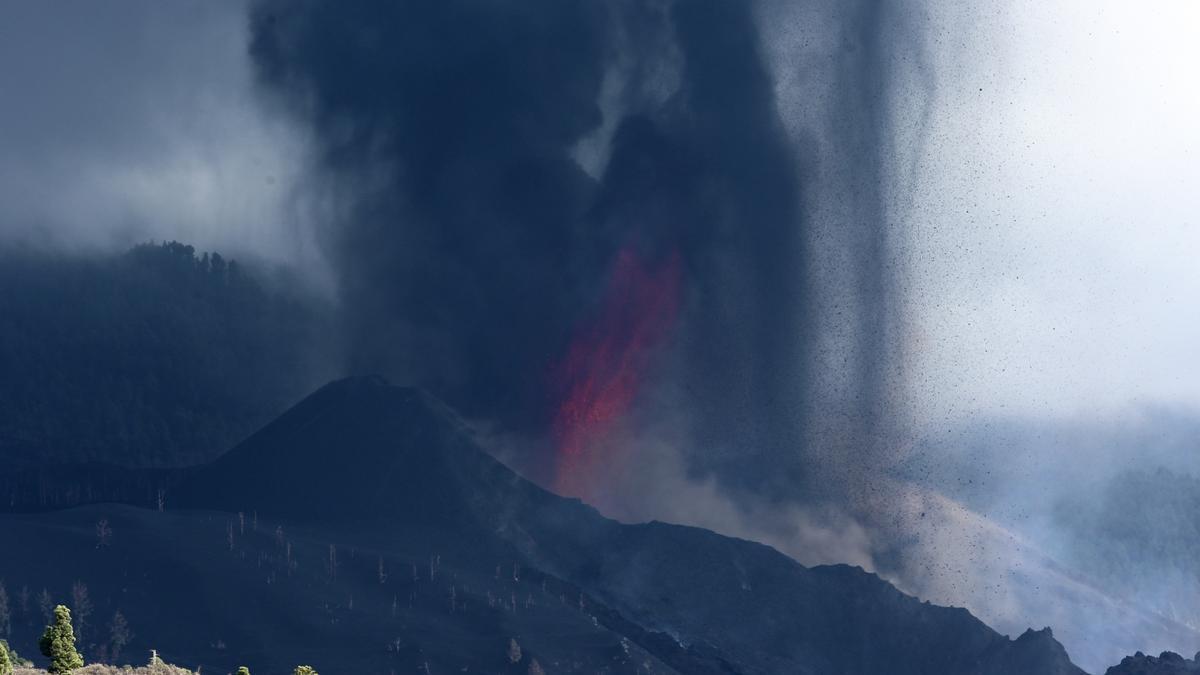 Nueva boca eruptiva en el volcán de La Palma, este sábado. / FOTO: Alejandro Ramos