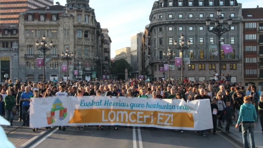 Imagen de la cabecera de la manifestación que recorrió Bilbao contra la aplicación  de la LOMCE.